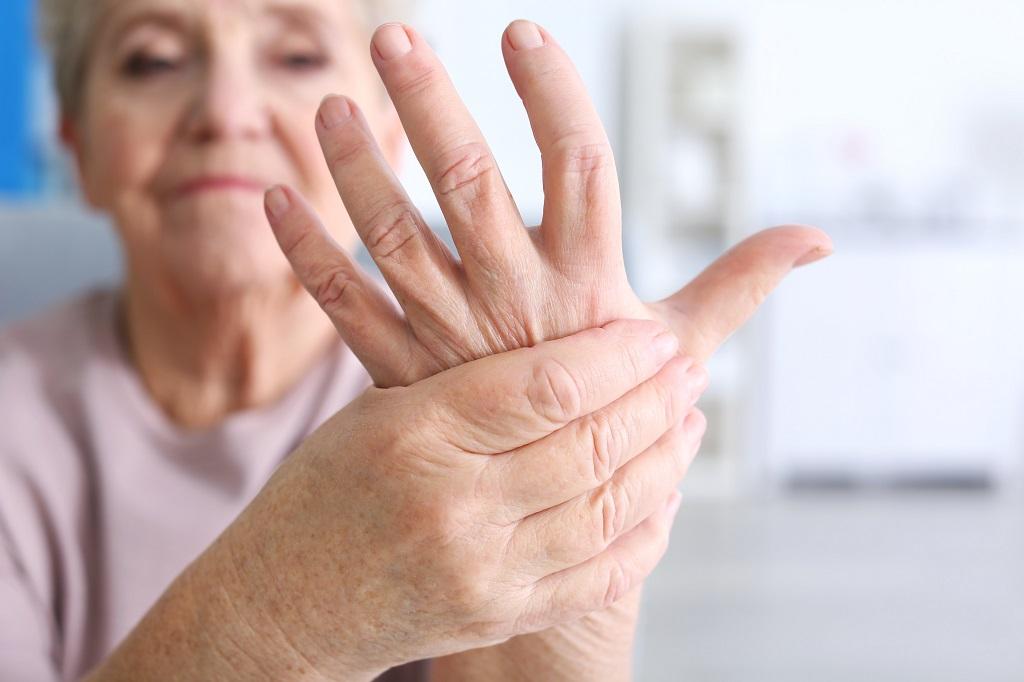 Ältere Frau leidet an Arthritis