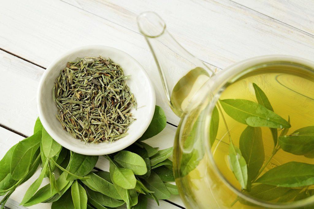 Gesunder Grüner Tee mit Teeblättern