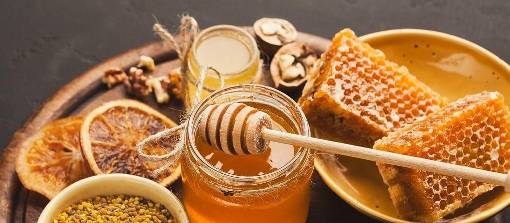 Verschiedene Arten des Honigs auf hölzerner Servierplatte