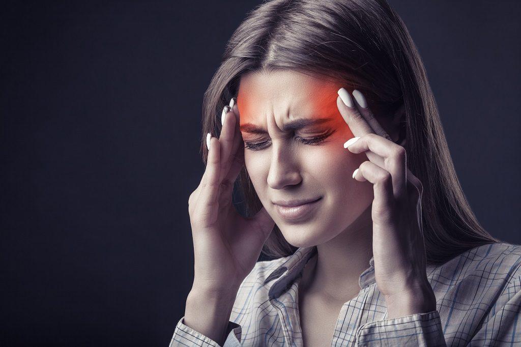 Eine Frau leidet an Migräne