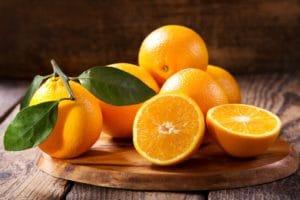Frische Orangen mit Blätter
