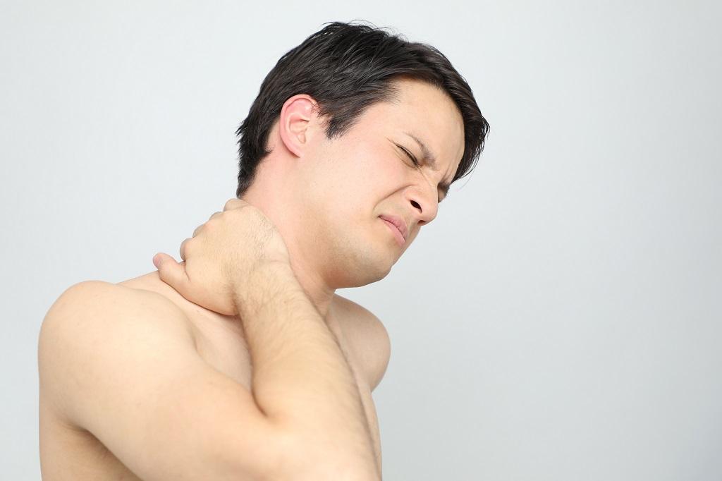 Ein Mann mit einem steifen Nacken