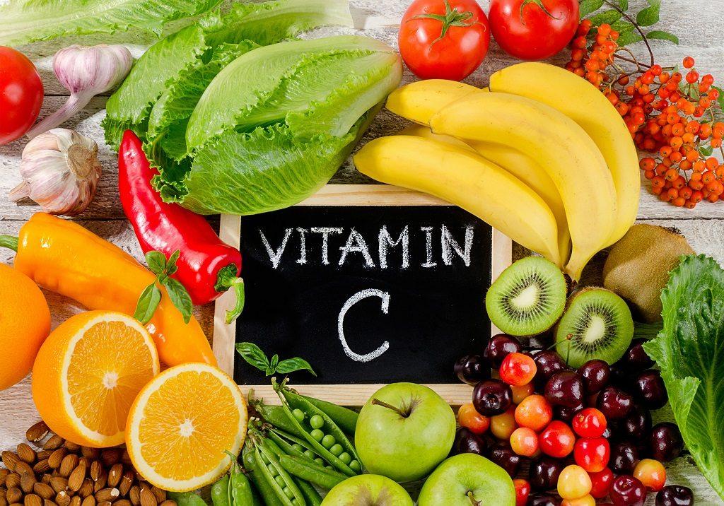Gesunde Lebensmittel reich an Vitamin C auf Holzbrett