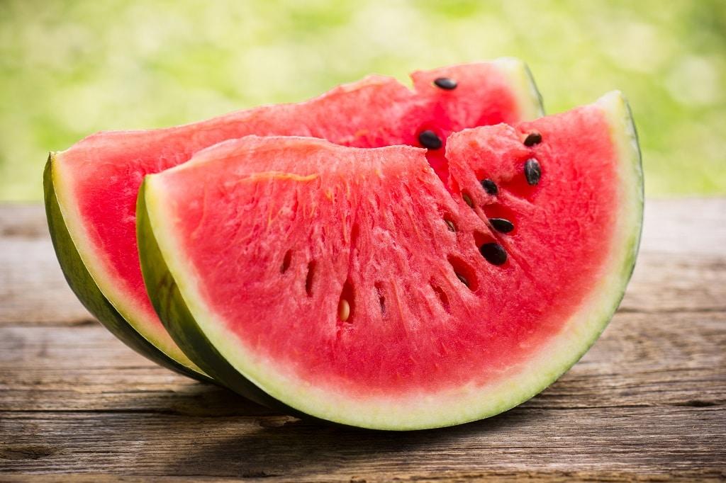 Wassermelonenscheiben auf dem Holztisch