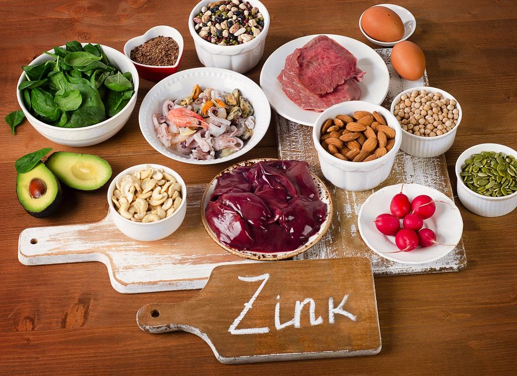 Nahrungsmittel mit hohem Zinkgehalt auf einem Holztisch.